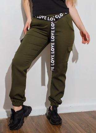 Спортивные брюки в стиле карго с накладными карманами по бокам