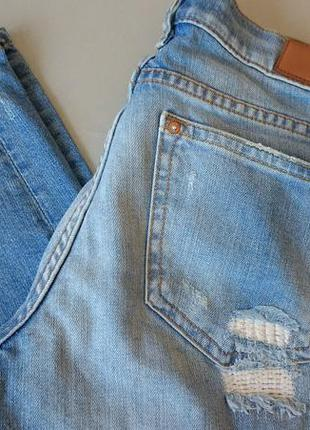 Голубые укороченные джинсы бойфренд с латками zara 34
