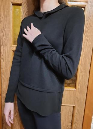 Трикотажная блузка с тканевым воротничкоми оборкой по низу, сзади застежка на пуговичке