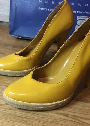 Эффектные и яркие туфли