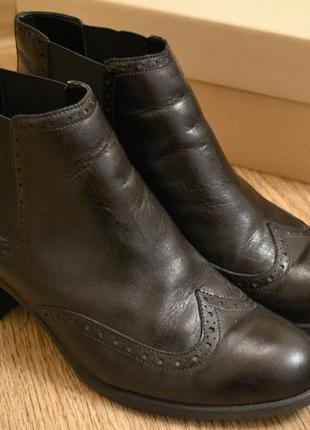 Стильные женские ботинки челси от clarks