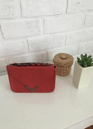Красная сумка на цепочке