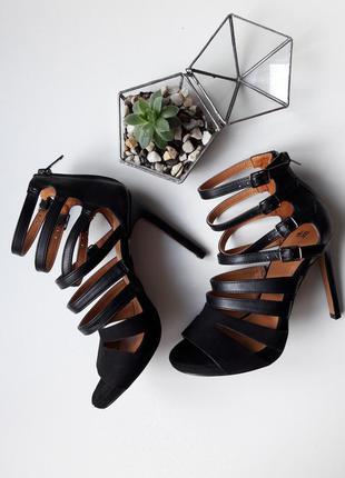 Шикарные комбиникованые босоножки на шпильке на шнуровке лямках