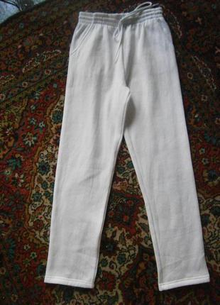 Классные спортивные брюки, к низу немного заужены, тепленькие на байке