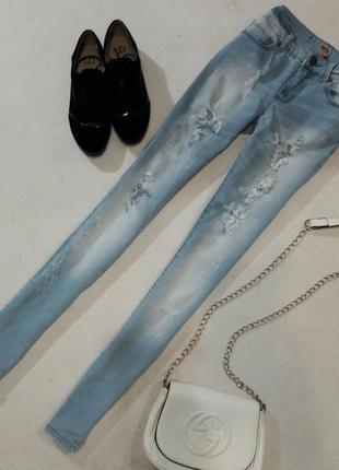 Стильные рваные джинсы размер 27