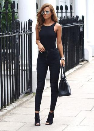 Черные джинсы на высокой посадке