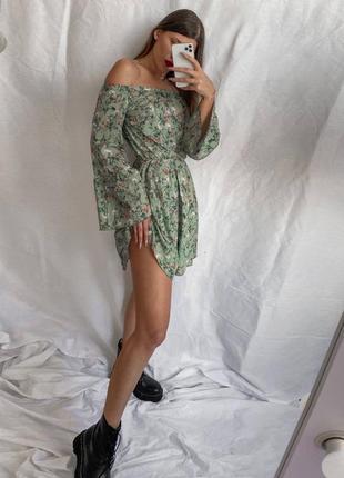 Платье открытые плечи в цветочный принт