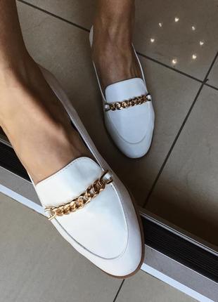 Белые стильные лоферы туфли с золотой фурнитурой