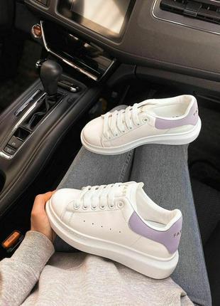 Белые кроссовки с лиловыми задниками