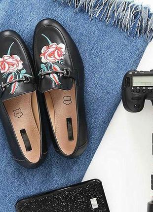 Черные кожанные  лоферы с вышивкой!дешево!обувь осень-весна!