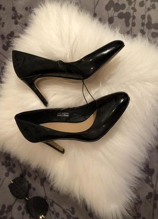Крутые лаковые туфли лодочки на среднем каблучке - шпильке, р. 37-23,5см...👠💋🌹