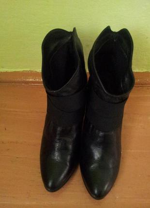Черние кожание ботинки фірми bata