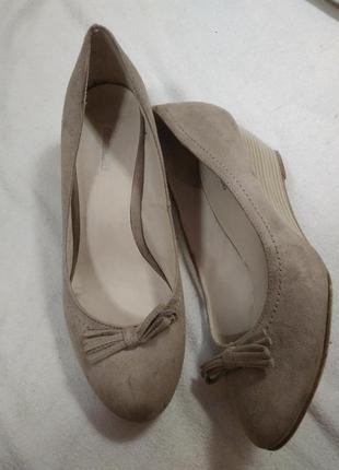 Закрытые туфли , нюдовые, на платформе( танкетке) эко- замш 38 размер , фирмы- graceland