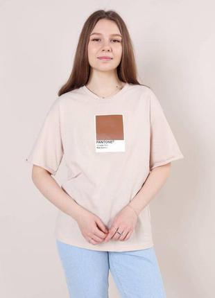 Свободная бежевая футболка с принтом pantone