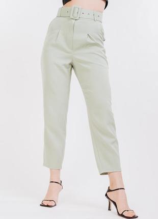 Укороченные женские брюки-бананы оливкового цвета