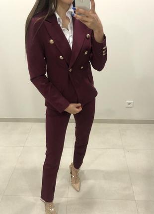Красивый бордовый костюм