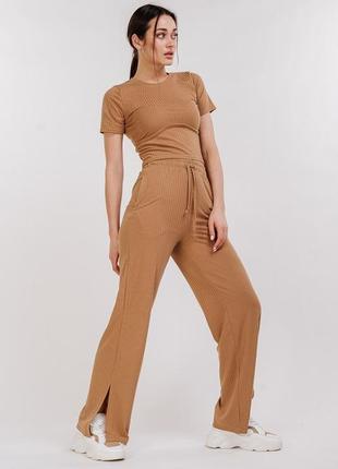 Женский трикотажный костюм в рубчик со штанами и футболкой бежевый