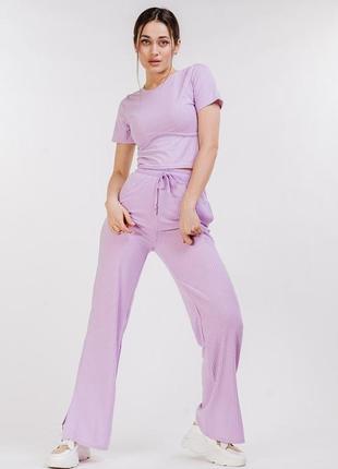 Женский трикотажный костюм в рубчик со штанами и футболкой сиреневый
