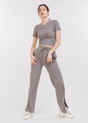 Женский трикотажный костюм в рубчик со штанами и футболкой серый
