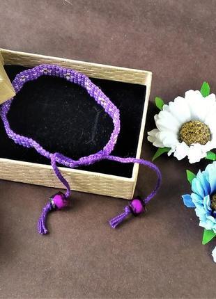 Фиолетовый браслет из бисера ручной работы.