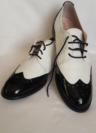 Женские кожаные туфли-штиблеты черно-белые немецкой фирмы mint&berry