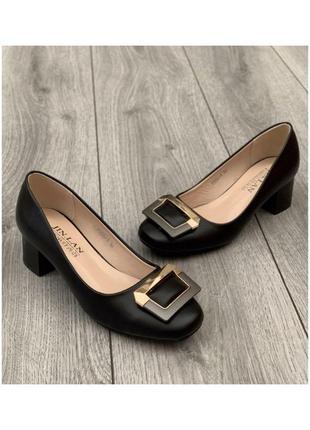 Классические женские деловые туфли с пряжкой на небольшом каблуке на узкую ногу