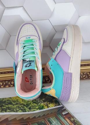 Яркие кроссовки форсы