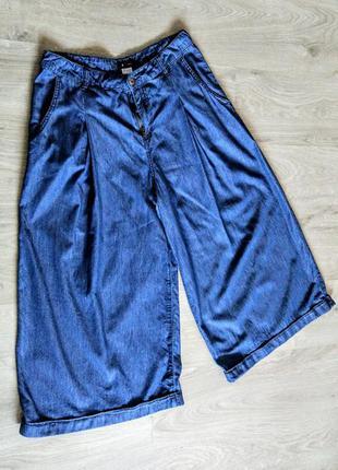Модные джинсовые голубые брюки кюлоты.