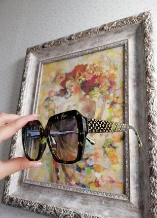 Стильные эксклюзивные брендовые солнцезащитные  очки унисекс чёрные зелёными вкраплениями