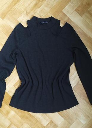 Фирменный нарядный свитер с вырезами на плечах