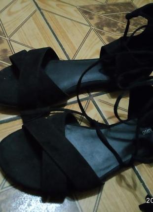Босоножки на шнуровці