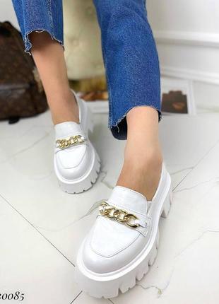 Туфли лоферы с цепочкой натуральный лак на платформе