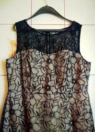 Шикарное черное кружевное платье футляр на бежевом чехле
