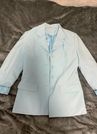 Нежно голубой костюм пиджак и юбка небесного цвета