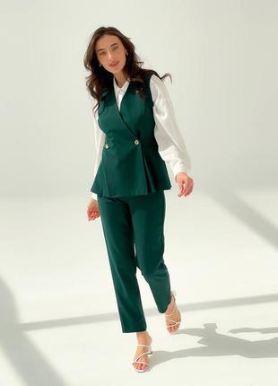 Зелёный брючный костюм с жилетом, классический
