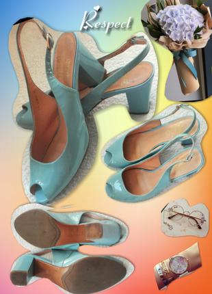 Кожаные босоножки на широком каблуке