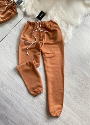 Оранжевые спортивные штаны джоггеры