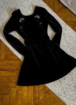 Бархатное черное платье с вышивкой