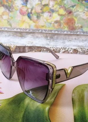 Трендовые серые прозрачные солнцезащитные женские очки 2021