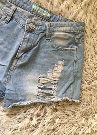 Очень красивые стильные летние рваные джинсовые шорты тренд 2021