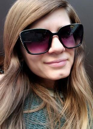 Новые красивые солнцезащитные очки с камушками по бокам, черные