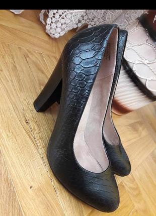 Черные туфли на каблуке centrshoes