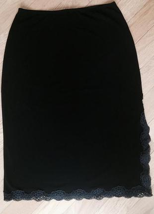 Юбка с разрезе ли и кружевной отделкой размер s/m