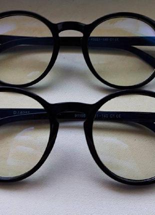 Очки в черной оправе с прозрачными стеклами