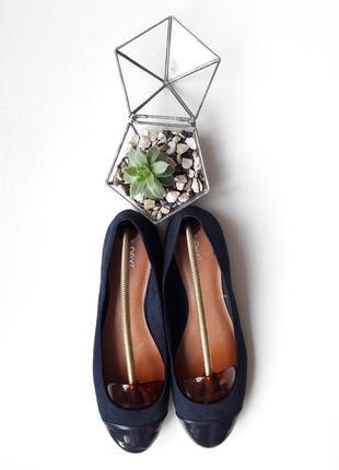 Глубоко-синие базовые балетки с лакированым носком