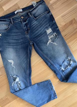 Рваные джинсы-бойфренд
