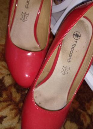 Туфли ярко красного цвета