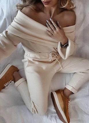 Мягкий свитер zara  молочного цвета со спущенной линией плеча