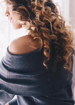 Мягкий свитер zara серого  цвета со спущенной линией плеча