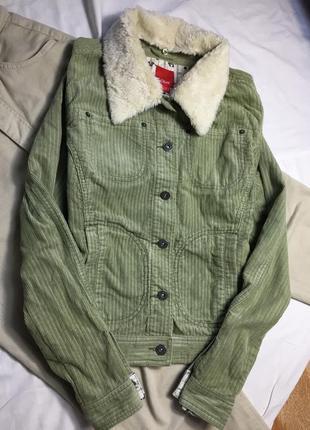 Вельветовая курточка фисташкового цвета в рубчик